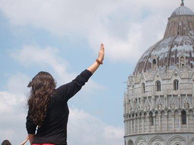 ピサの斜塔の前で記念撮影する観光客、別アングルから見ると…01
