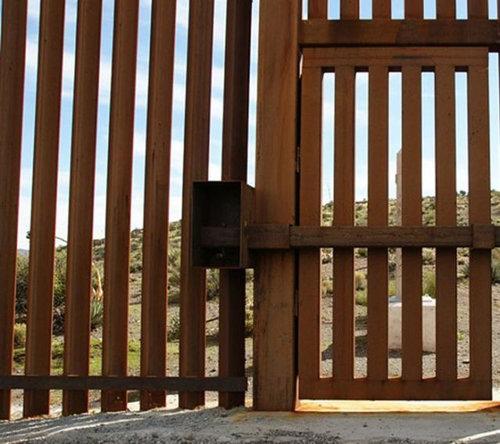 メキシコ国境のフェンスに車01