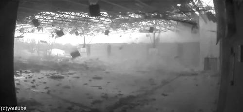 トルネードが体育館を破壊04