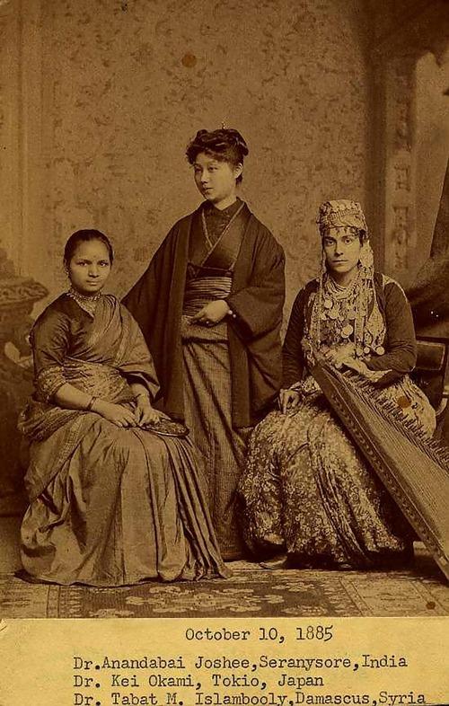 「インド人、日本人、シリア人の女子医学生、1885年」01