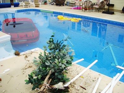 隣人のプールの底にロードスターを駐車した女性02