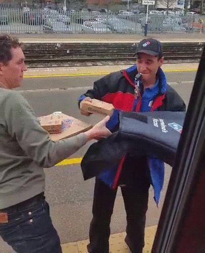電車の中からピザを注文04