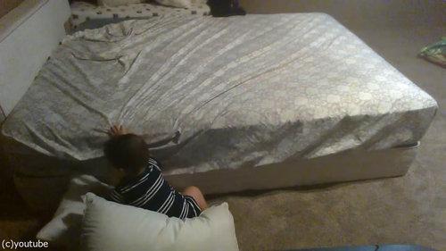 ベッドを降りる天才赤ちゃん07