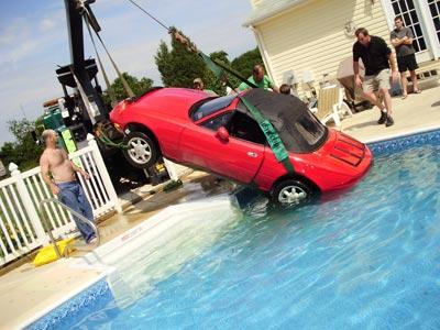 隣人のプールの底にロードスターを駐車した女性04