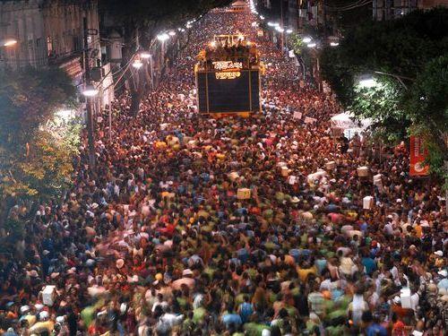 リオのカーニバルで酔っ払いながら妻を肩に乗せてはいけない00