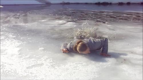 足元の氷が割れて落ちたときに這い上がる方法…09