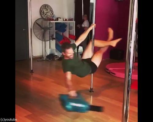 お父さんのポールダンス方法が斬新02