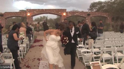 結婚式の愛の誓いのときに強烈な嵐19