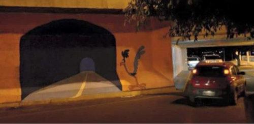 壁に描かれた道路に運転し壁に激突01