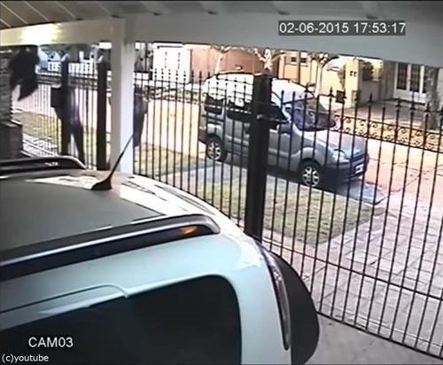 バイク強盗に襲われた女性、とっさの機転04