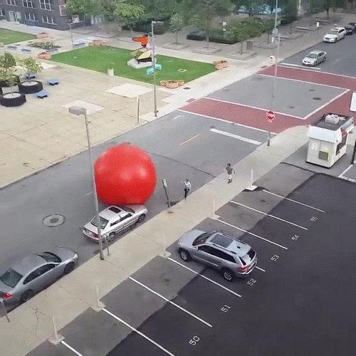 巨大な赤いボールが転がる03