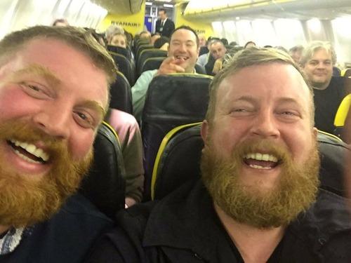 飛行機で隣同士に座った他人同士がまるで生き写し01