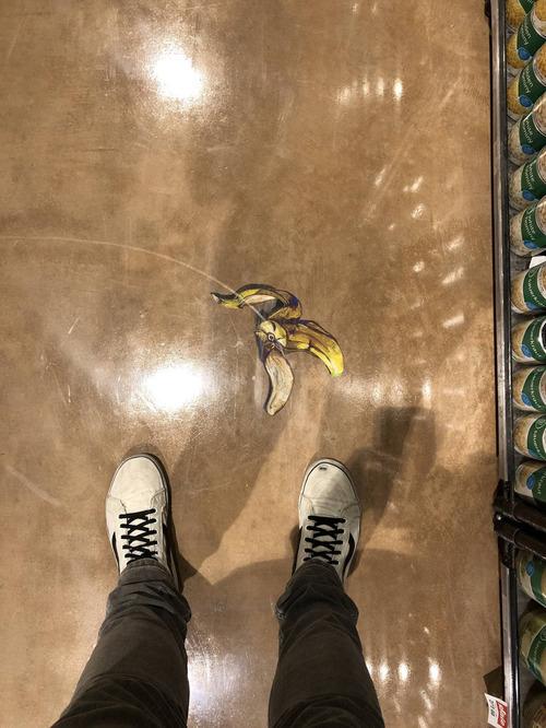 スーパーの床にバナナの皮01