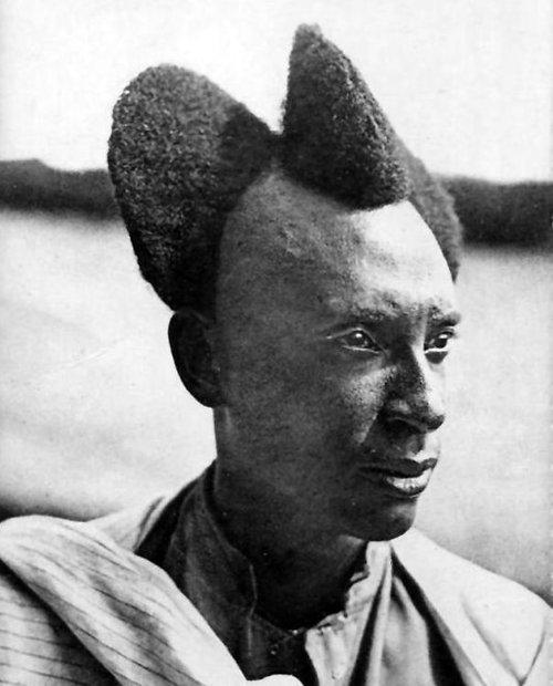 100年前のルワンダの伝統的な髪型03