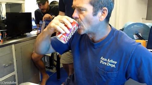 コーラの缶を振ってから飲んでも大丈夫04