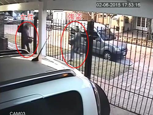 バイク強盗に襲われた女性、とっさの機転00