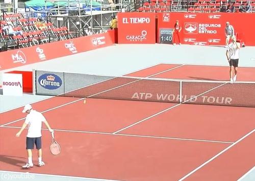 テニスの試合終了後に選手がイスを持ってきた理由01