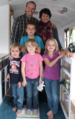 スクールバスに家族6人暮らし09
