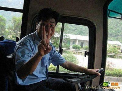 ハンドル外した中国バス運転手02