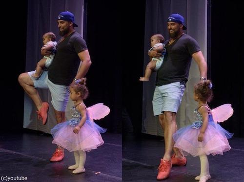舞台で凍り付いてしまった娘のためにいっしょに踊ったパパ05