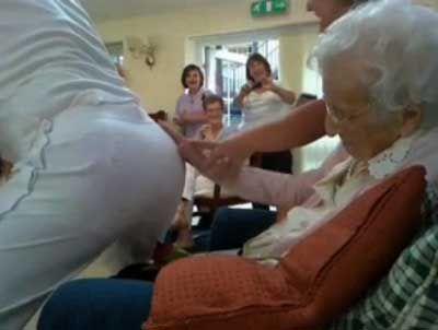 100歳おばあちゃんにストリッパー04