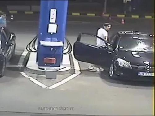 ガソリンスタンドでタバコを吸う客01