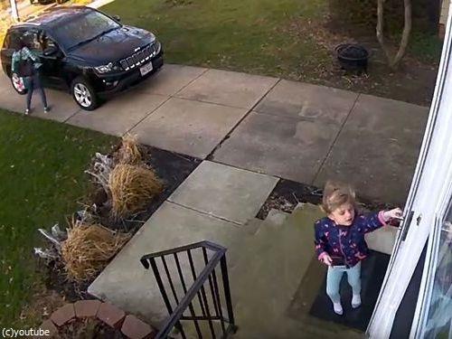 少女が強風の日に玄関を開けたら吹き飛ばされそうに01