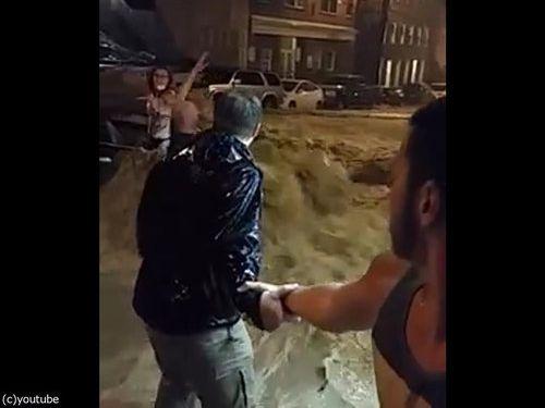 メリーランド州の大洪水、人間チェーンを作って人命救助00