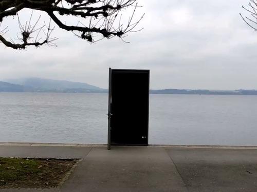 スイスのツーク湖にあるドア