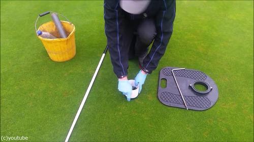 ゴルフのホールカップの位置の変え方06