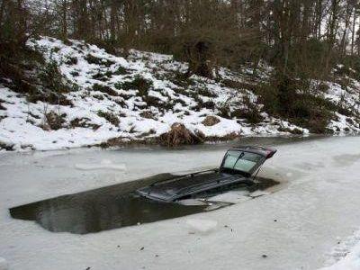 氷の張った氷の上を車で走行02