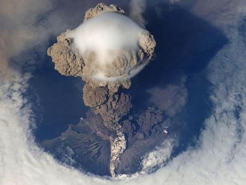 宇宙ステーションから見た火山の噴火