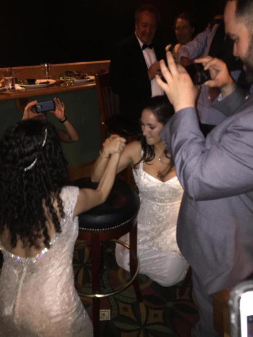 結婚式のパーティで花嫁が腕相撲01