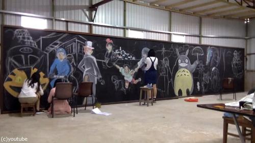 香港の女子高生が黒板に描くアニメ04