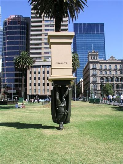 09.Upside down sculpture(逆さま銅像)
