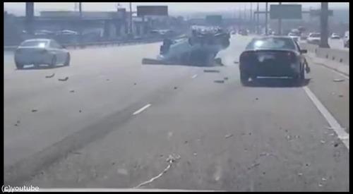 衝突事故を起こして逃げる車02