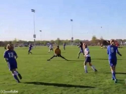 サッカーで審判が神回避02
