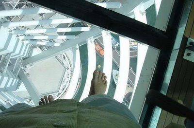 ガラス張りの高層ビルの下09