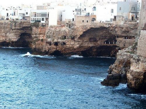 イタリアの海に面した洞窟レストラン04
