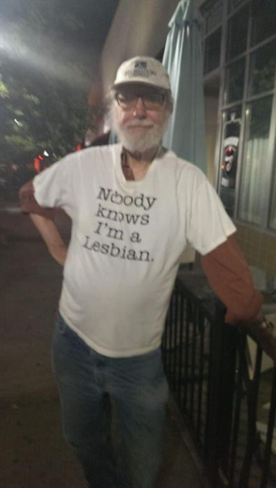 おもしろTシャツを着た老人たち11