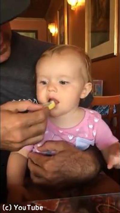 初めてレモンを口にした赤ちゃん03