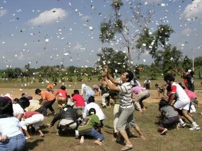 空から紙幣がばら撒かれる01
