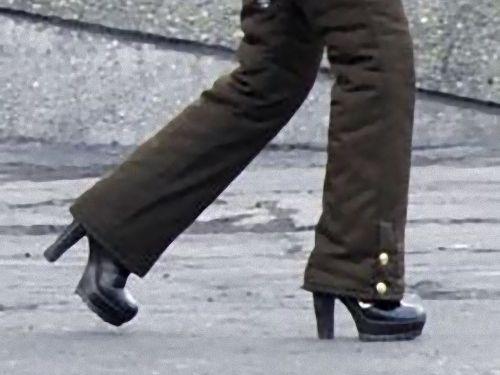 北朝鮮の女性兵士の靴02