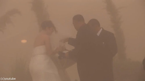 結婚式の愛の誓いのときに強烈な嵐06