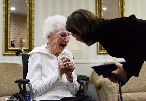 97歳女性が高校卒業証書に感涙01