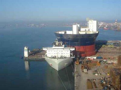 巨大なものを運ぶ船09