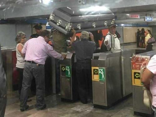 ニューヨーク地下鉄だけ…ソファの運び方08