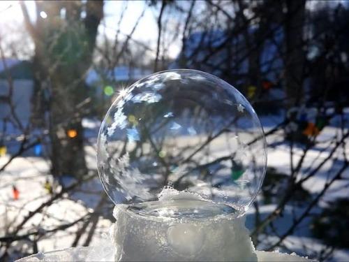 大きなシャボン玉が凍る01