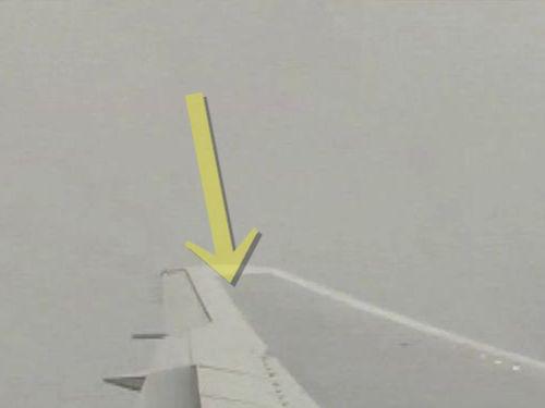飛行機の翼に稲妻