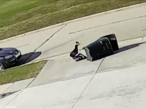 強風に吹き飛ばされかけながらゴミ箱を運ぶ少年08